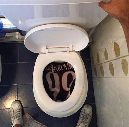 Chum anh: Toan canh Donnarumma 'ngop' trong bien tien tu fan Milan - Anh 10