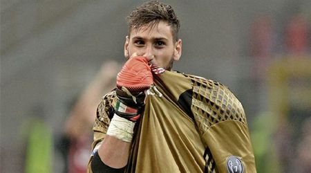Chum anh: Toan canh Donnarumma 'ngop' trong bien tien tu fan Milan - Anh 1