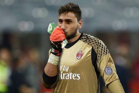 Chum anh: Toan canh Donnarumma 'ngop' trong bien tien tu fan Milan - Anh 2