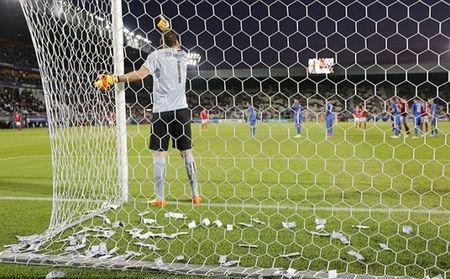 Chum anh: Toan canh Donnarumma 'ngop' trong bien tien tu fan Milan - Anh 5