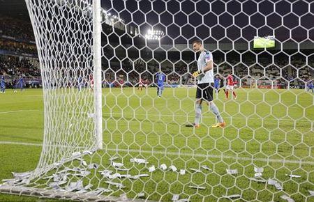 Chum anh: Toan canh Donnarumma 'ngop' trong bien tien tu fan Milan - Anh 6