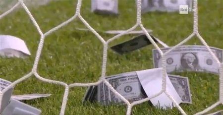 Chum anh: Toan canh Donnarumma 'ngop' trong bien tien tu fan Milan - Anh 7