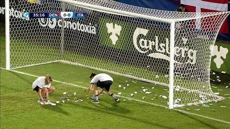 Chum anh: Toan canh Donnarumma 'ngop' trong bien tien tu fan Milan - Anh 8