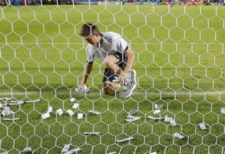 Chum anh: Toan canh Donnarumma 'ngop' trong bien tien tu fan Milan - Anh 9