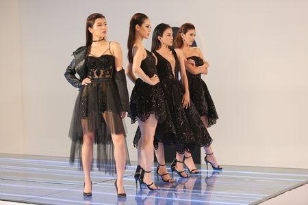 The Face: Team Minh Tu khong duoc danh gia cao khi catwalk - Anh 10