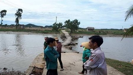 Thanh Hoa: 2 cha con chet duoi thuong tam khi di qua cau - Anh 1