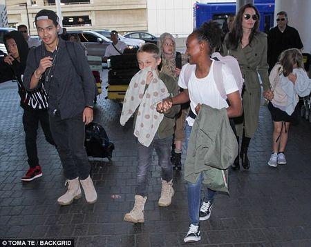 Angelina Jolie dan 6 con di du lich ma khong co Brad Pitt - Anh 2
