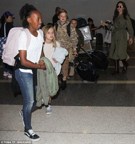 Angelina Jolie dan 6 con di du lich ma khong co Brad Pitt - Anh 5