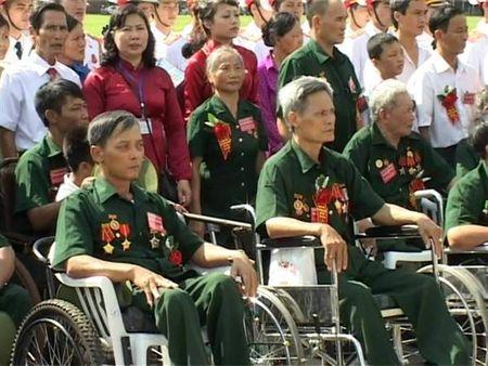 Hon 394,6 ty dong tang qua cho nguoi co cong - Anh 1