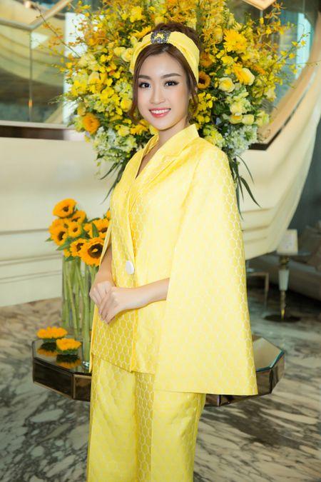 Hoa hau My Linh, A hau Thuy Dung noi bat voi dam vang ruc ro - Anh 4
