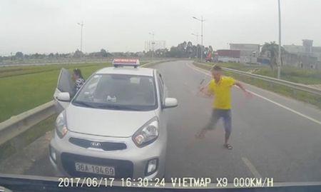 Taxi chay nguoc chieu co tai xe 'mua' gay bi tuoc phu hieu - Anh 1