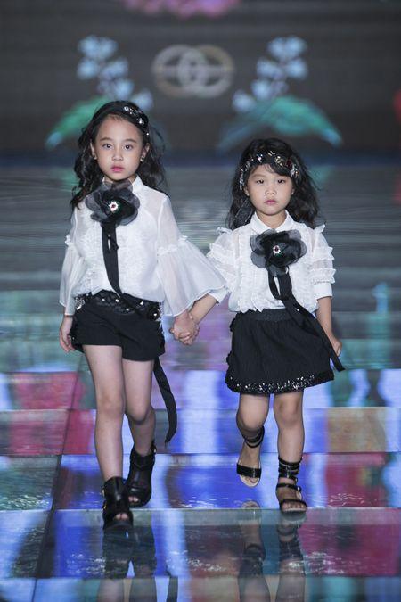 MC Phan Anh lan dau dien ao dai cung vo va 3 con tren san catwalk chuyen nghiep - Anh 2