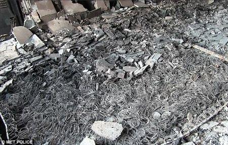 Soc: Canh hoang tan, do nat ben trong thap Grenfell sau vu chay - Anh 5