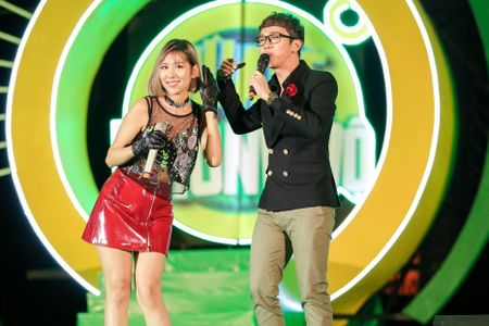 Min hat chay chieu fan trong dem nhac 'New hits on the top' - Anh 1