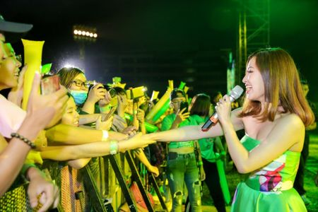 Min hat chay chieu fan trong dem nhac 'New hits on the top' - Anh 4