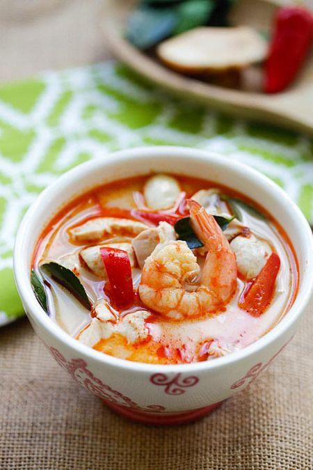 Cach lam sup tom nuoc dua kieu Thai ngon khong cuong noi - Anh 1