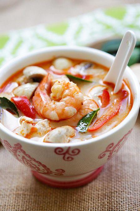 Cach lam sup tom nuoc dua kieu Thai ngon khong cuong noi - Anh 2