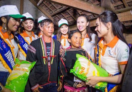 Thi sinh Hoa hau Huu nghi ASEAN 'lay long' nguoi dan Song Hinh bang ve dep va su chan tinh - Anh 2