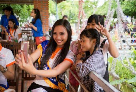 Thi sinh Hoa hau Huu nghi ASEAN 'lay long' nguoi dan Song Hinh bang ve dep va su chan tinh - Anh 4