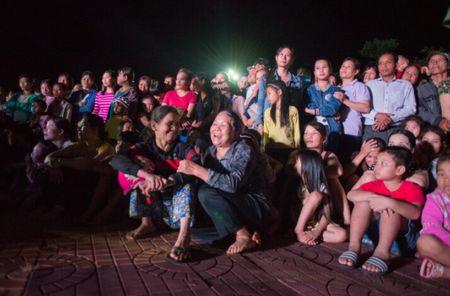 Thi sinh Hoa hau Huu nghi ASEAN 'lay long' nguoi dan Song Hinh bang ve dep va su chan tinh - Anh 7