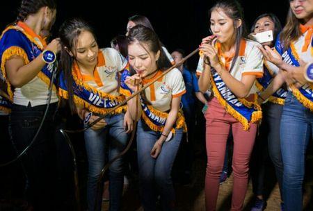 Thi sinh Hoa hau Huu nghi ASEAN 'lay long' nguoi dan Song Hinh bang ve dep va su chan tinh - Anh 9