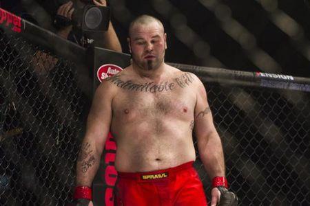 Vo si UFC tu vong ngay tren san dau vi dinh cu dam knock-out - Anh 3