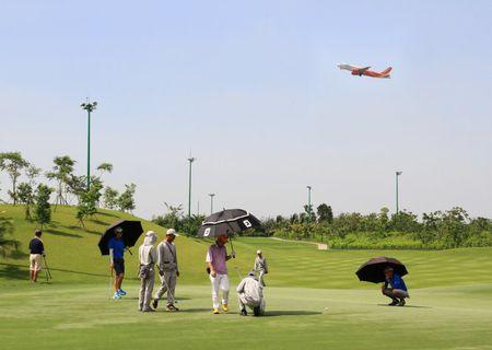 San golf Tan Son Nhat 'nong' vi duoi tham co xanh co 'lua' - Anh 1