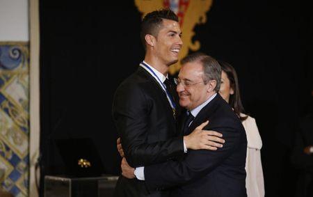 Chu tich Real chinh thuc len tieng vu Cris Ronaldo tron thue - Anh 1