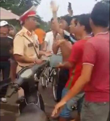 Co tinh thach thuc CSGT, kich dong nguoi dan chong doi - Anh 1
