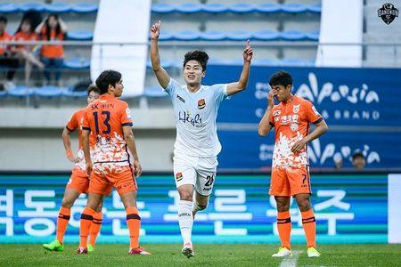 Xuan Truong ngoi ngoai xem doi nha nhay len top 3 - Anh 2