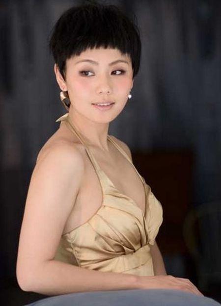 Du o do tuoi U40, 'Co gai giang ho' Lieu Hong trong 'Hoan Chau Cach Cach' van so huu than hinh boc lua - Anh 4