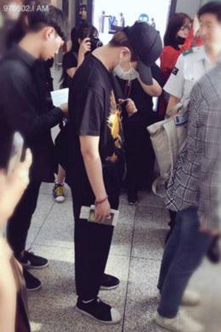 Young Jae (GOT7) di giay chiec cao chiec thap, toi tan san bay Thai Lan moi phat hien 'xo nham giay' - Anh 1