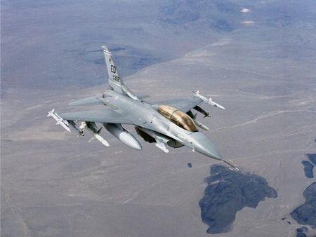 Lockheed Martin ky thoa thuan che tao hang tram may bay F-16 tai An Do - Anh 1