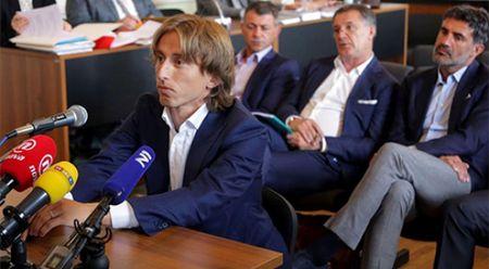 Real Madrid choang vang khi Luka Modric doi mat voi 5 tu vi khai man vu an tham nhung - Anh 1