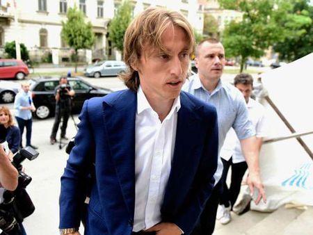 Real Madrid choang vang khi Luka Modric doi mat voi 5 tu vi khai man vu an tham nhung - Anh 2
