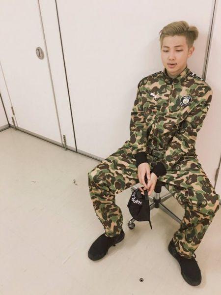 BTS xung dang 'khong phai dang vua dau' voi bo suu tap thoi trang trieu do - Anh 4