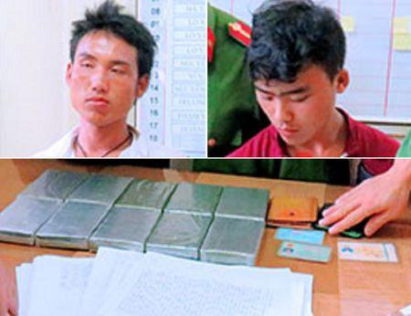 Cho 10 banh heroin, dien cuong lao thang vao xe cong an - Anh 1