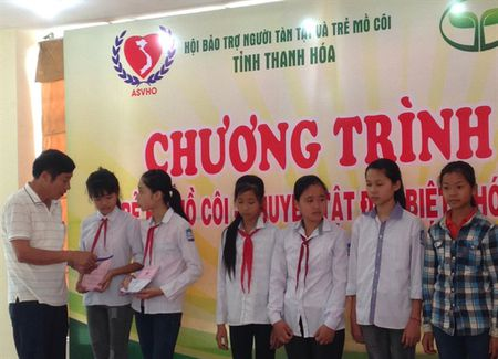 Thanh Hoa: Tien Nong dong hanh giup do tre em kho khan - Anh 2