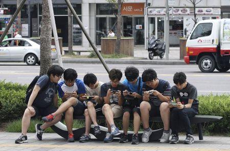Se cam ban smartphone cho tre duoi 13 tuoi? - Anh 1