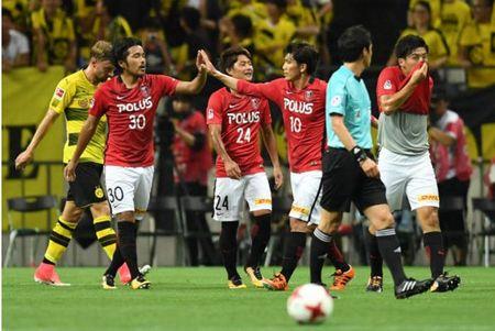 Urawa Red 2-3 Dortmund: Messi Tho Nhi Ky lap cu dup - Anh 1
