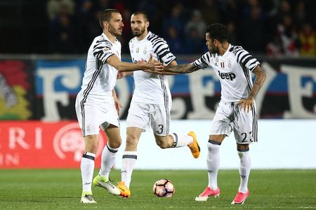 TIET LO: Hau truong Juventus day song, Bonucci & Alves phai ra di - Anh 1