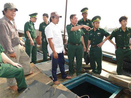 Bo doi Bien phong bat giu tau van chuyen trai phep 10.000 lit dau - Anh 1