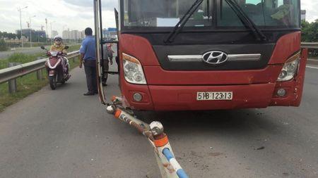 Xe khach Thanh Buoi gay tai nan lien hoan, nguoi di duong khiep via - Anh 2