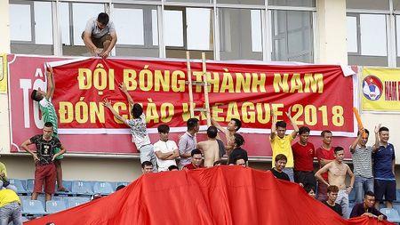 Thien Truong mo hoi, CDV Nam Dinh tran xuong san dot phao an mung - Anh 4
