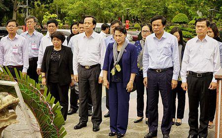 Chu tich QH Nguyen Thi Kim Ngan dang huong tai Nghia trang Hang Duong - Anh 1