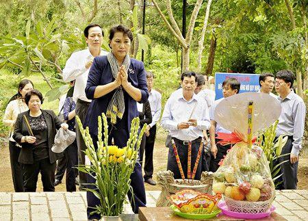 Chu tich QH Nguyen Thi Kim Ngan dang huong tai Nghia trang Hang Duong - Anh 2