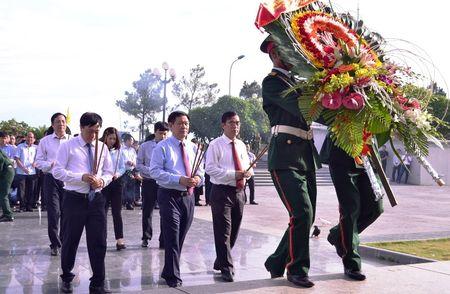 Doan cong tac Chinh phu vieng Nghia trang Liet sy tai Quang Tri - Anh 2