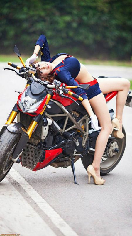 Ngam 'nu dai uy' khoe duong cong ben Ducati - Anh 3