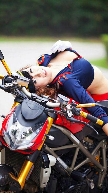 Ngam 'nu dai uy' khoe duong cong ben Ducati - Anh 7