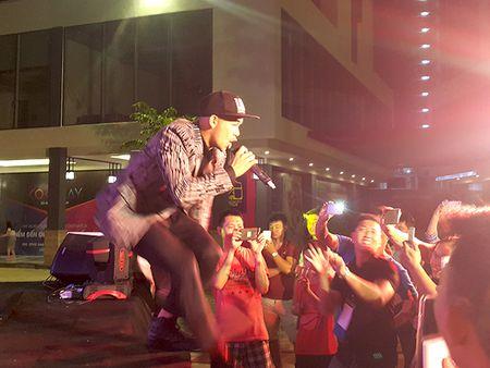'Hotboy Vietnam Idol' Trong Hieu quay het minh voi khan gia Da Nang - Anh 4